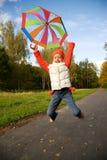 Niña con el paraguas en un bosque Foto de archivo