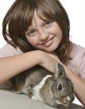 Niña con el pequeño conejo Imágenes de archivo libres de regalías