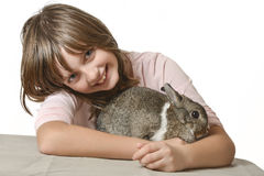 Niña con el pequeño conejo Imagen de archivo