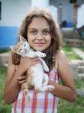 Niña con el pequeño gatito Fotos de archivo libres de regalías