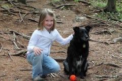 Niña con el perro fotografía de archivo libre de regalías