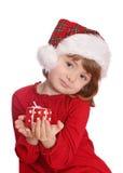 Niña con el sombrero de santa y el rectángulo de regalo rojo Fotografía de archivo libre de regalías