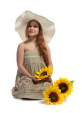 Niña con el sombrero y los girasoles del verano Fotos de archivo
