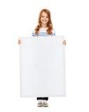 Niña con el tablero blanco en blanco Imagen de archivo