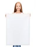 Niña con el tablero blanco en blanco Imagen de archivo libre de regalías