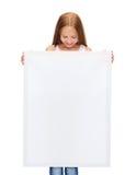 Niña con el tablero blanco en blanco Imagenes de archivo