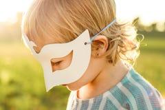 Niña con jugar de la máscara foto de archivo