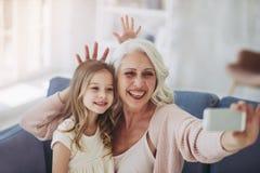 Niña con la abuela Imagen de archivo libre de regalías