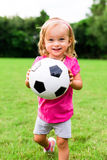 Niña con la bola del fútbol del fútbol Foto de archivo libre de regalías