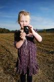Niña con la cámara de bolsillo Foto de archivo libre de regalías