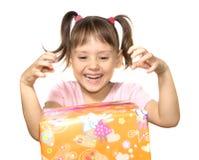 Niña con la caja de regalo amarilla Imagenes de archivo