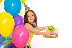 Niña con la caja de regalo y los globos coloridos encendido Foto de archivo