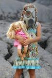 Niña con la careta antigás Foto de archivo libre de regalías