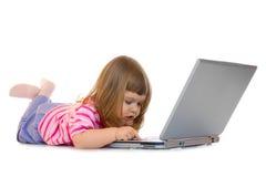 Niña con la computadora portátil Fotografía de archivo libre de regalías