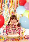 Niña con la fiesta de cumpleaños de la trompeta y de la torta Imagenes de archivo
