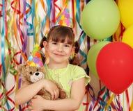Niña con la fiesta de cumpleaños del oso de peluche Imágenes de archivo libres de regalías