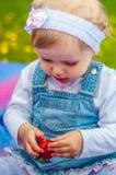 Niña con la fresa Imagen de archivo libre de regalías