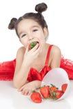 Niña con la fresa en el fondo blanco Fotos de archivo libres de regalías