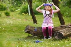 Niña con la guirnalda azul Fotografía de archivo libre de regalías