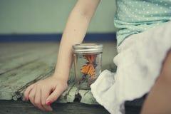 Niña con la mariposa Foto de archivo libre de regalías