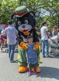 Niña con la mascota animal, oso negro Imagenes de archivo