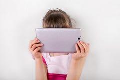 Niña con la tablilla Foto de archivo libre de regalías