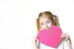 Niña con la tarjeta del día de San Valentín Fotos de archivo libres de regalías
