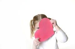 Niña con la tarjeta del día de San Valentín Imágenes de archivo libres de regalías