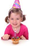 Niña con la torta de cumpleaños Foto de archivo libre de regalías