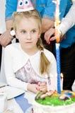 Niña con la torta de cumpleaños Fotografía de archivo libre de regalías