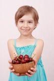 Niña con las cerezas dulces fotos de archivo