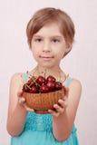 Niña con las cerezas dulces foto de archivo libre de regalías