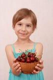 Niña con las cerezas dulces imagenes de archivo