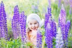 Niña con las flores imagen de archivo libre de regalías