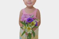 Niña con las flores Imágenes de archivo libres de regalías