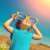 Niña con las gafas de sol grandes Imagen de archivo