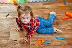 Niña con las herramientas del juguete Fotografía de archivo libre de regalías