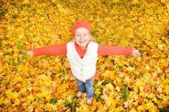 Niña con las hojas de otoño Imagen de archivo libre de regalías
