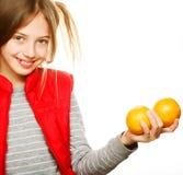 Niña con las naranjas y el jugo Imagen de archivo libre de regalías