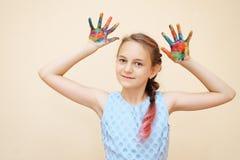 Niña con las palmas en pinturas fotografía de archivo libre de regalías