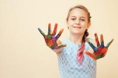 Niña con las palmas en pinturas foto de archivo libre de regalías