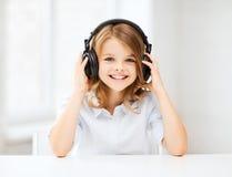 Niña con los auriculares en casa Fotos de archivo libres de regalías