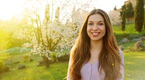 Niña con los corazones Sonrisa de la mujer joven feliz en verano o día de primavera soleado afuera en parque imagen de archivo libre de regalías