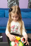Niña con los huevos coloridos para Pascua Li feliz de Pascua aún Imagen de archivo