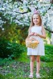 Niña con los huevos de Pascua Imagenes de archivo