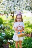 Niña con los huevos de Pascua Fotos de archivo libres de regalías
