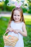 Niña con los huevos de Pascua Imagen de archivo