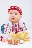 Niña con los huevos de Pascua y los pollos del bebé Foto de archivo