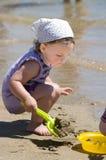 Niña con los juguetes de la playa imagen de archivo