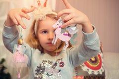 Niña con los ornamentos de la Navidad Imagenes de archivo